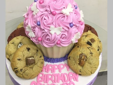 Giant cupcake with cookies