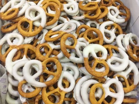Pretzels dipped in chocolate 2,000 each